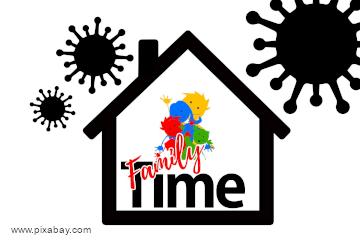 """Schwarze Umrisse eines Hauses, um das herum in der Luft drei verschieden große, stilisierte schwarze Coronaviren angeordnet sind. In der Mitte des Hauses befinden sich hintereinander gezeichnet vier Figuren (eine rot, eine grün, eine blau und eine gelb), die eine Familie symbolisieren sollen. Im Vordergrund die Schrift """"Family"""" (rote Schreibschrift) und darunter """"Time"""" (schwarze Druckbuchstaben)"""